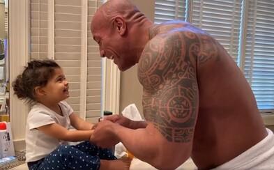 The Rock své dceři rapuje při mytí rukou. Koronaviru vzkazují, aby už šel pryč