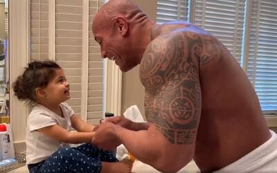 The Rock svojej dcére rapuje pri umývaní rúk. Koronavírusu odkazujú, aby už išiel preč