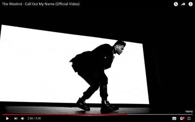 The Weeknd sa v najnovšom videoklipe lúči so Selenou Gomez