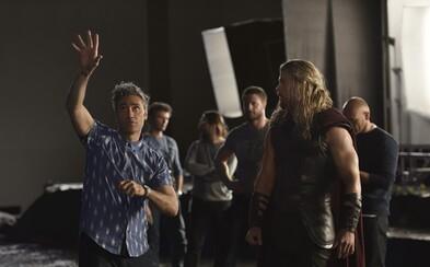 Thor: Ragnarok potvrdzuje gladiátorský súboj s Hulkom, absenciu Mjölniru a odhaľuje oficiálnu fotografiu zo zákulisia
