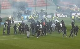 Tímy futbalových výtržníkov majú exemplárne potrestať, tvrdí SaS. Slovan viní fanúšikov Spartaka a usporiadateľa