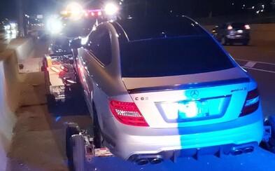 Tínedžer šiel na tatkovom Mercedese rýchlosťou 308 km/h v úseku, kde je maximálne povolená stovka. Na týždeň mu zhabali aj auto