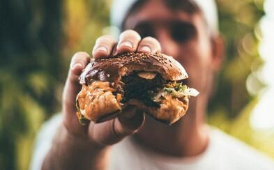 Tínedžer zomrel hodinu po tom, ako zjedol hamburger. V menu bolo napísané, že neobsahuje alergény