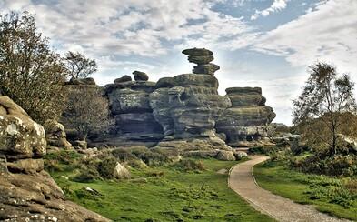 Tínedžeri zničili 320 miliónov rokov starý skalný fenomén za pár sekúnd. Na mieste ešte aj vyryli svoje mená