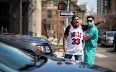 Tisíce Američanov protestovali proti rúškam či izolácii. Zdravotníci im ukázali, čo si o nich myslia