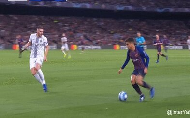 Tisíce ľudí sledujú bránenie Milana Škriniara proti Barcelone s otvorenými ústami. Slovák s ľahkosťou vymazal Coutinha