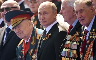 Tisíce Rusů se sešly na oslavu Dne vítězství. Počet lidí nakažených koronavirem již v zemi přesáhl 600 tisíc