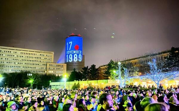 Tisícky ľudí v uliciach spomínali na Nežnú revolúciu. O demokraciu, ktorú nám v novembri 1989 vybojovali sa však treba starať