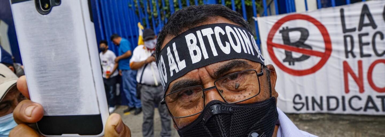 Tisícky Salvádorčanov protestovali proti bitcoinu ako oficiálnemu platidlu. Podpálili aj bitcoinový bankomat