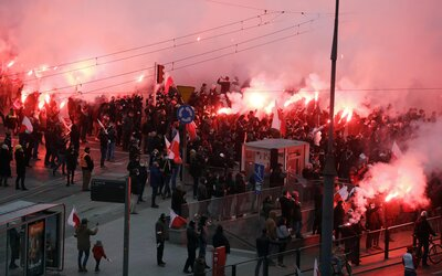 Tisícky sympatizantov krajnej pravice oslavujú Deň nezávislosti v uliciach Varšavy napriek zákazu zhromažďovania