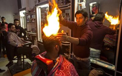 Títo ľudia majú doslova ten najhorúcejší účes. Arabský holič pri svojej práci nemá problém zapáliť ľuďom vlasy či používať letlampu