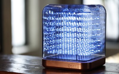 Tittle je štýlová lampa z 512 LED svetiel, ktorá dokáže zobraziť 3D smajlíkov alebo vizualizovať hudbu