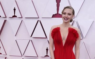 To najlepšie z tohtoročných Oscarov: prevládala biela a červená, hlboké výstrihy a netradičné pánske obleky