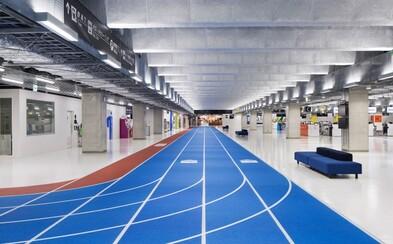 Tokijské letisko sa premenilo na atletický štadión, cestujúci sa orientujú pomocou bežeckých dráh