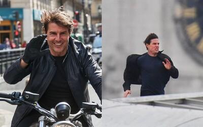 Tom Cruise ani po zranení nestráca dych. Naháňačka na streche londýnskej stanice či zoskok padákom mu nerobia problém