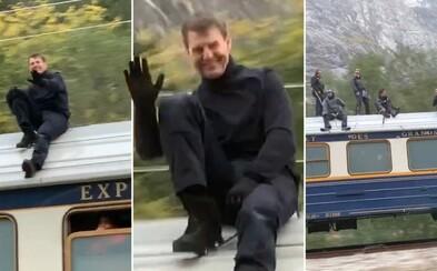 Tom Cruise natáča šialenú akčnú scénu na streche idúceho vlaku. Nezabúda na úsmev a kývanie fanúšikom v autách