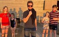 Tom Cruise pristál s helikoptérou v záhrade náhodnej rodiny. Pozdravil rodinu a zobral ich deti na výlet