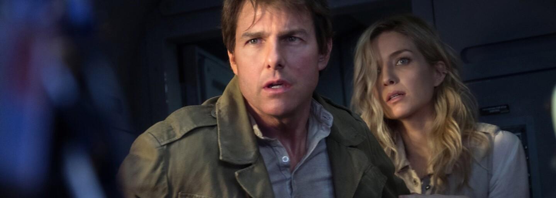 Tom Cruise ukazuje své kaskadérské schopnosti ve videu z natáčení Mumie, kde probíhá mezi výbuchy a proskakuje jedoucím autobusem