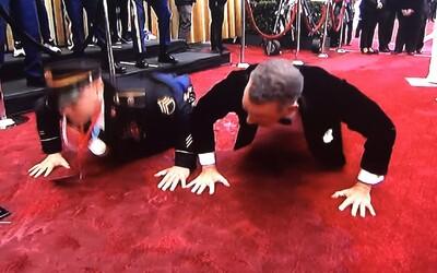 Tom Hanks dělal kliky na Oscarech. Vyzval na souboj i armádního seržanta
