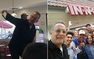 Tom Hanks na Vánoce zaplatil oběd celé restauraci. Na burger přišel se svou manželkou