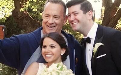 Tom Hanks vykouzlil úsměv na tvářích novomanželů, když se připojil u tvorby jejich svatebních fotografií. Nevadila ani tepláková souprava