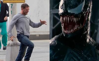 Tom Hardy nevie kontrolovať svoje telo v tajne nakrútených záberoch z natáčania Venoma. Ako bude vyzerať samotný antihrdina?