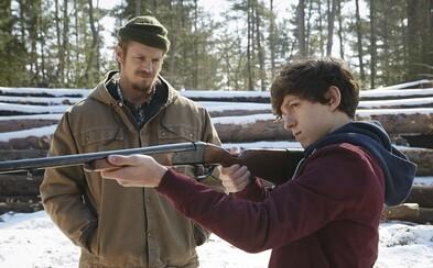 Tom Holland je uviaznutý v lese so svojim zlomyseľným otcom v traileri pre Edge of Winter