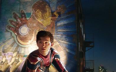 Tom Holland prezradil, ktoré lusknutie otvorilo Multiverse. Spider-Man v nových záberoch objavuje Iron Manovo laboratórium