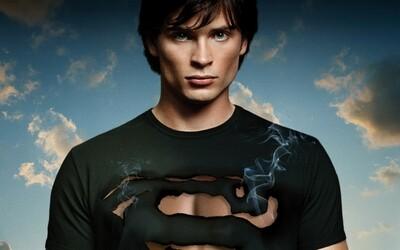 Tom Welling zo Smallville si znova zahrá Supermana. Vo veľkom crossoveri s Arrow a Flash sa stretne so staršími hercami z DC