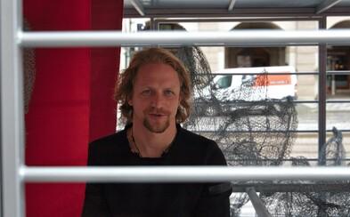 Tomáš Klus se zavřel na náměstí v Praze do klece. Protestoval proti nehumánnímu chovu slepic