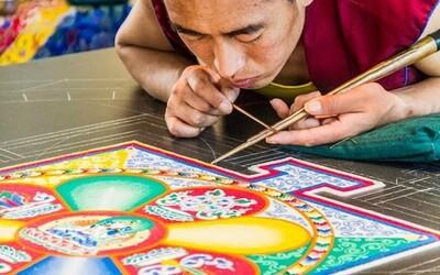Tomu sa povie trpezlivosť. Tibetskí mnísi vytvárajú neskutočné diela z miliónov zrniek piesku