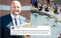 Tomuto hovorím dezoláti. Minister Jaroslav Naď ukazuje na demonštrantov a plavca vo fontáne pred palácom prezidentky