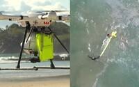 Topiacich sa plavcov musel zachrániť dron. Austrálčanom pomohol takmer kilometer od pobrežia