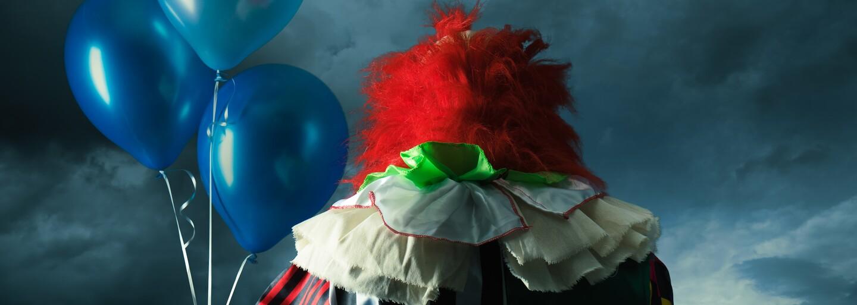 Tornádo z bláznivého hororu Clownado zo seba vrhá klaunov, ktorí sú vražednejší než Pennywise
