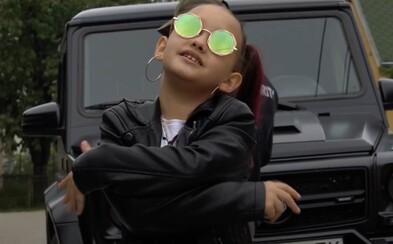 Toto je osmiletá slovenská raperka Lil ASH. Má Hello Kitty tričko, Gucci kabelku a místo matematiky počítá bankovky