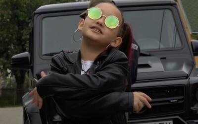 Toto je 8-ročná slovenská raperka Lil ASH. Má Hello Kitty tričko, Gucci kabelku a namiesto matematiky počíta 500-eurovky