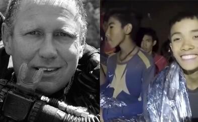 Toto je lékař, který strávil s uvězněnými chlapci tři dny v jeskyni, aby dohlédl na jejich zdraví