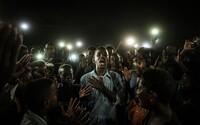 Toto je vítězná fotka ze soutěže World Press Photo 2020. Zachycuje mladíka recitujícího báseň během demonstrací