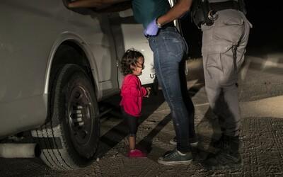Toto jsou nejlepší fotky roku. Vítězný snímek poukazuje na tvrdou migrační politiku Donalda Trumpa