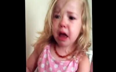 Toto malé dievčatko je naozaj veľmi nahnevané, že jej tatko ukradol nos!
