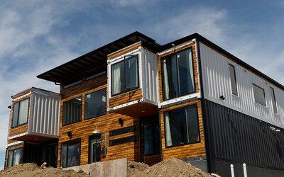 Toužili po netradičním bydlení, a tak si postavili dům z kontejnerů. Jeho prostornost a světelnost bychom mu mohli závidět