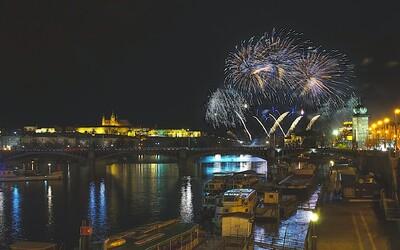 Tradiční novoroční ohňostroj by mohl být v Praze minulostí. Zrušit ho chce město i petice