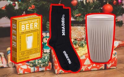Tradiční vánoční dárky v netradiční podobě: Ponožky s orgasmem, knihy o pivu nebo hrnek z kávových slupek