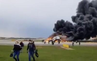 Tragédiu v ruskom lietadle mohlo prežiť viac ľudí, keby si ostatní nezachraňovali batožinu