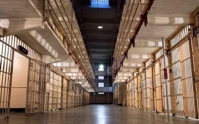 Traja muži prezradili, ako utiekli z väzenia. Jeden na letisku ledva zdrhol polícii, druhý liezol na strechu