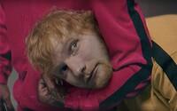 Travis Scott škrtí Eda Sheerana v bláznivom videoklipe, v ktorom explodujú hlavy. Kto zjedol posledný hranolček?