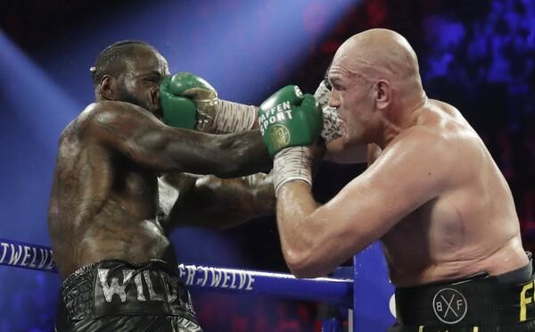 Trenér Deontaye Wildera se rozplakal po zápase s Furym. Poražený boxer ho prý nepustil do šatny