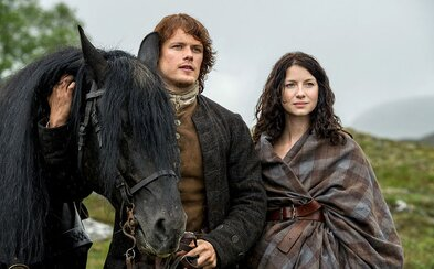 Tretia séria Outlandera prichádza s emocionálnym teaserom a približuje rozdelené životy Claire a Jamieho