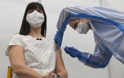 Treťou dávkou sa už o niekoľko dní budú môcť zaočkovať ohrozené skupiny. Verejnosť o týždeň neskôr