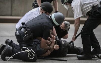Tři američtí policisté byli propuštěni za rasistické komentáře. Půjdeme ven a popravíme je, zk**vené ne**y, říkali